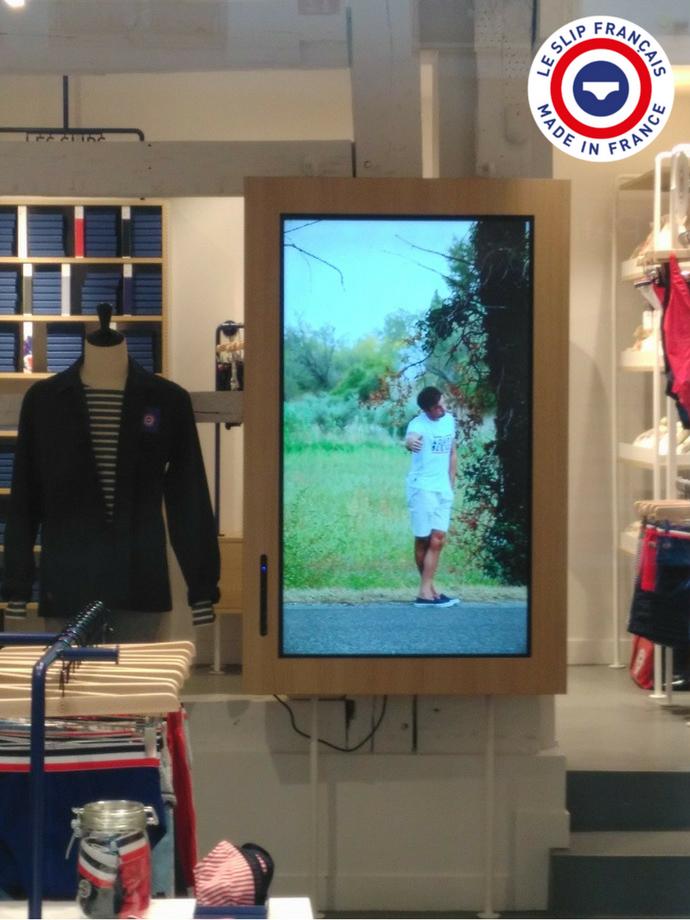 un écran interactif speechitouch et le slip français