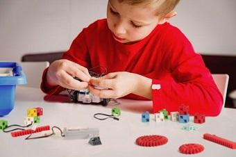 les enfants adorent apprendre à programmer avec un robot programmable