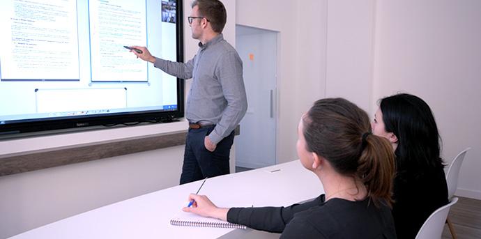 ecran interactif en entreprise pour gérer une clientèle internationale