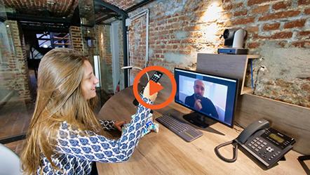 La vidéo d'utilisation d'une Huddle Room avec un écran interactif pour la téléprésence