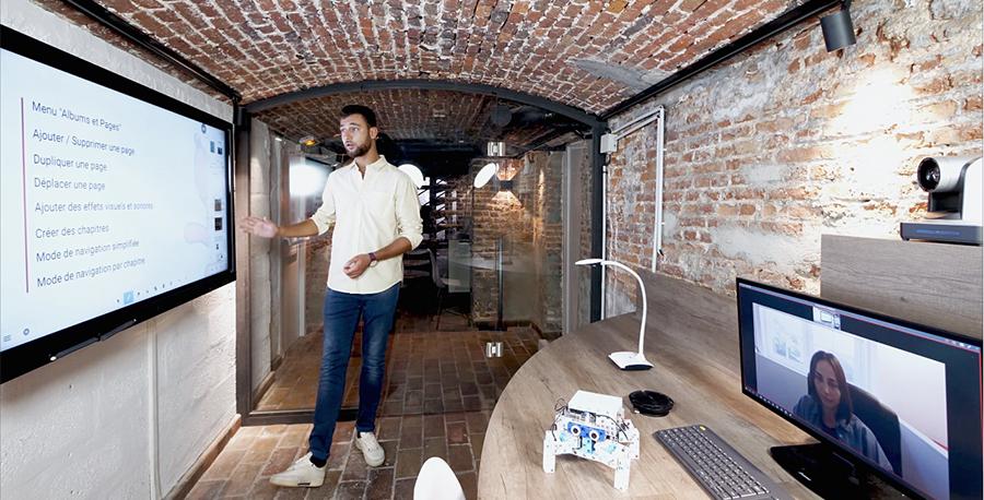 Une caméra dans une Huddle Room pour la téléprésence sur écran interactif