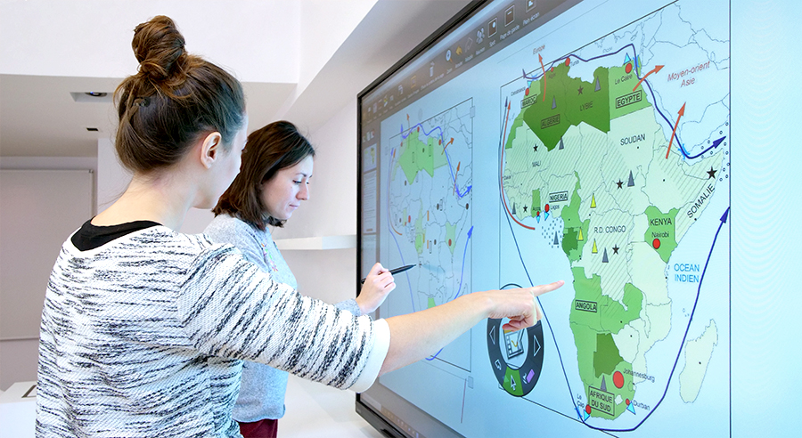 Annotation de carte de géographie avec l'écran interactif SuperGlass