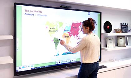 formation à distance pour explorer les fonctionnalités des écrans interactifs